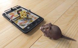 Faktisk ost smartphone som råttfällan och mus arkivfoto