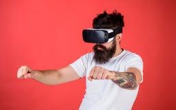 Faktiskt begrepp för körningskurser Hipster på den säkra framsidan som kör cykeln i virtuell verklighet med den moderna digitala  Arkivfoton
