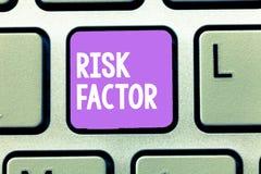 Faktor för risk för ordhandstiltext Affärsidé för något som stiger möjligheten av ett visande framkallande a arkivfoton