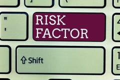 Faktor för risk för ordhandstiltext Affärsidé för något som stiger möjligheten av ett visande framkallande a arkivfoto
