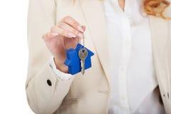 faktorska tła nieruchomości ostrość daje wręczający dom odizolowywał klucze nowych nad właściciela istnym pośrednik handlu nieruc Zdjęcie Royalty Free