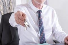 faktorska tła nieruchomości ostrość daje wręczający dom odizolowywał klucze nowych nad właściciela istnym pośrednik handlu nieruc Zdjęcia Stock