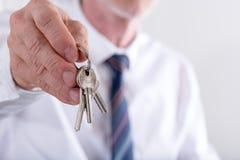 faktorska tła nieruchomości ostrość daje wręczający dom odizolowywał klucze nowych nad właściciela istnym pośrednik handlu nieruc Zdjęcie Stock