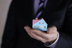 Faktorski ręki mienia mały dom Zdjęcie Stock
