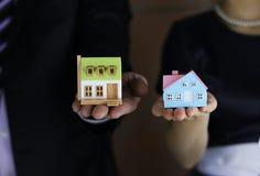 Faktorski ręki mienia mały dom Obraz Royalty Free