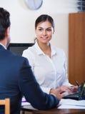 Faktorski słuchanie klient i ono uśmiecha się w agenci Zdjęcie Stock
