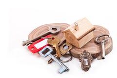 faktorskiej tła nieruchomości ostrości gviving dom odizolowywał kluczy nowego właściciela istnego pośrednik handlu nieruchomościa Obrazy Stock