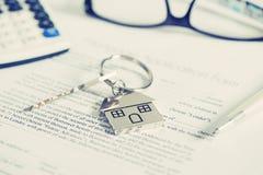 faktorskiej tła nieruchomości ostrości gviving dom odizolowywał kluczy nowego właściciela istnego pośrednik handlu nieruchomościa Zdjęcie Royalty Free