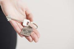 faktorskiej tła nieruchomości ostrości gviving dom odizolowywał kluczy nowego właściciela istnego pośrednik handlu nieruchomościa Obraz Stock