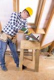 Faktotum i gul säkerhetshjälm med ett hjälpmedelbälte Begreppsfoto av byggande av det nya hemmet, husrenovering, byggande förnyan Arkivfoton
