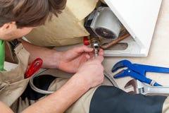 Faktotum med hjälpmedel som reparerar en utrustning royaltyfria foton