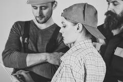 Faktotumarbetare Kvinnligt arbetsledarebegrepp Missförstå mellan klienten och arbetaren Ung hemmafru Woman Arguing arkivfoto