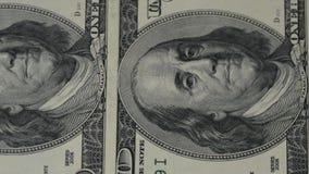 fakturerar dollar hundra en Rörelsekameraglidaren Makrofotografi av sedlar Stående av det Benjamin Franklin slutet lager videofilmer