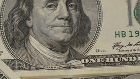 fakturerar dollar hundra Stående av Benjamin Franklin närbild - 2 Makrofotografi av sedlar Rörelsekameran stock video