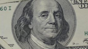 fakturerar dollar hundra Stående av den Benjamin Franklin närbilden Makrofotografi av sedlar Rörelsekameraglidaren lager videofilmer