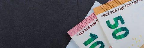 fakturerar euro Olika valörer på en grå bakgrund 5 10, 50 euro arkivfoto