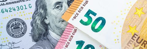 fakturerar euro Olika valörer på en grå bakgrund 5 10, 50 euro royaltyfri foto