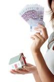 fakturerar euros som rymmer den model kvinnan för huset ung royaltyfria bilder