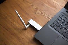 Fakultatywny usuwalny router uwydatnia? sygna? na laptopie zdjęcie royalty free