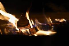 Falò bruciante nella neve nell'inverno Fotografia Stock