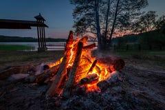 Falò calmo al crepuscolo dal lago di estate Fotografia Stock Libera da Diritti