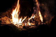 Falò che brucia alla notte immagine stock libera da diritti