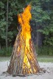 Falò del campo al campeggio estivo fotografie stock libere da diritti