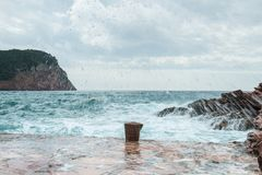 Fala łama na kamienistej plaży, tworzy dużą kiść obrazy stock