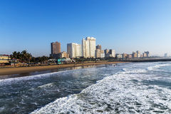 Fala Łama na plaży przeciw Błękitnej Durban miasta linii horyzontu Obrazy Royalty Free