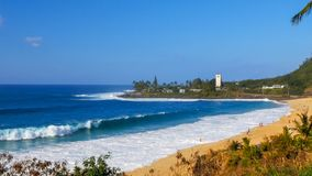 Fala łama na plaży przy sławną dużą falową lokacją, waimea zatoka zdjęcia stock