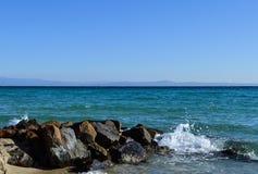 Fala łama na skałach Kassandra, Halkidiki, Grecja zdjęcia royalty free