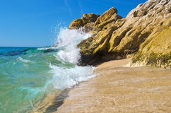 Fala łama na skałach na morzu śródziemnomorskim. Zdjęcie Stock