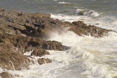 Fala łama nad skałami blisko Mamroczą, Walia, UK Fotografia Stock