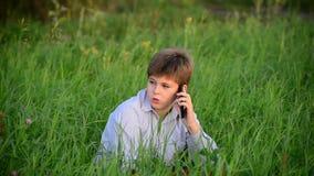 Fala adolescente moderna feliz considerável nova no telefone filme