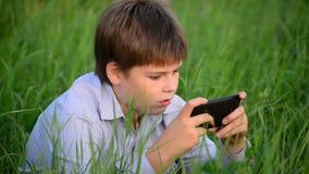 Fala adolescente moderna feliz considerável nova no telefone vídeos de arquivo
