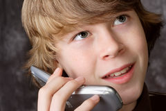 Fala adolescente no telefone de pilha Fotografia de Stock