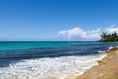 Fala łama na brzeg tropikalna wyspa Obraz Stock