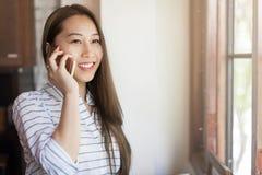 Fala asiática do sorriso da chamada de telefone celular da mulher fotos de stock