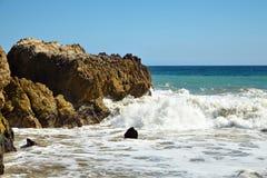 Fala bije przeciw nabrzeżnym skałom na falezach Obraz Stock