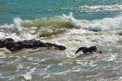 Fala bije przeciw nabrzeżnym skałom na falezach Obrazy Stock