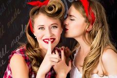 Fala bonita das mulheres As meninas no pino acima do estilo com cabelo perfeito e compõem Expressões faciais expressivos fotografia de stock