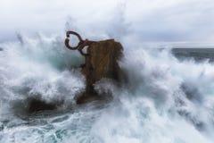 Fala bryzga w El Peine De Los Vientos, Chillida ` s rzeźba Fotografia Stock
