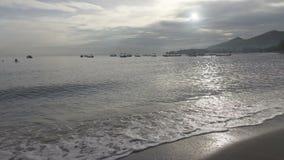 Fala ciepły morze biegają na piaskowatej plaży w ranku wcześnie, Pemuteran Bali zbiory