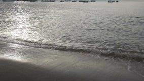 Fala ciepły morze biegają na piaskowatej plaży w ranku wcześnie, Pemuteran Bali zbiory wideo