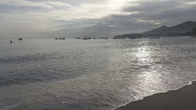 Fala ciepły morze biegają na piaskowatej plaży w ranku wcześnie, Pemuteran Bali zdjęcie wideo