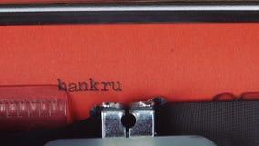Fala - datilografado em uma máquina de escrever velha do vintage Impresso no papel vermelho O papel vermelho é introduzido na máq video estoque