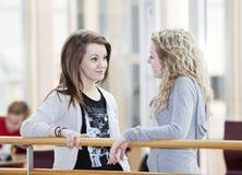 Fala de duas meninas imagens de stock royalty free