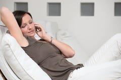 Fala de relaxamento da mulher nova no pho fotografia de stock