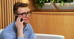 Fala executiva masculina no telefone celular vídeos de arquivo
