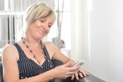 Fala feliz do telefone da mulher Cara com sorriso toothy Foto de Stock